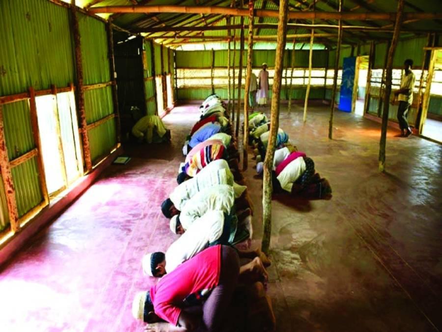 ینگون: میانمار کے روہنگیامسلمان ایک مسجد میں نماز اداکررہے ہیں