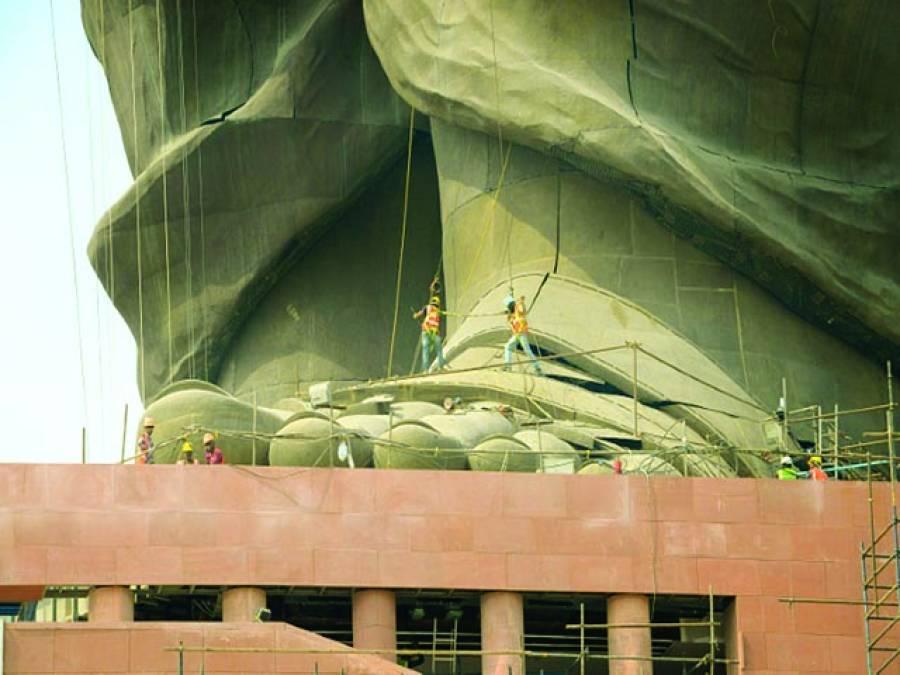 نئی دہلی: بھارتی دارالحکومت میں کارکن تحریک آزادی کے راہنما سردار پٹیل کے مجسمے کی مرمت کررہے ہیں