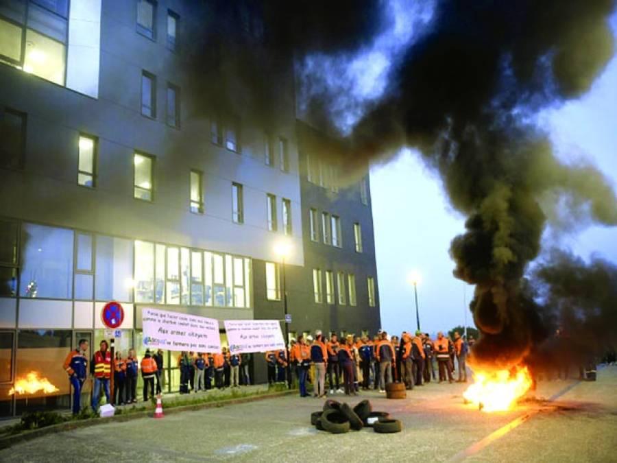 پیرس: فرانس سٹیل ملز کے کارکنوں نے احتجاج کے دوران سٹرک پر ٹائر جلا رکھے ہیں