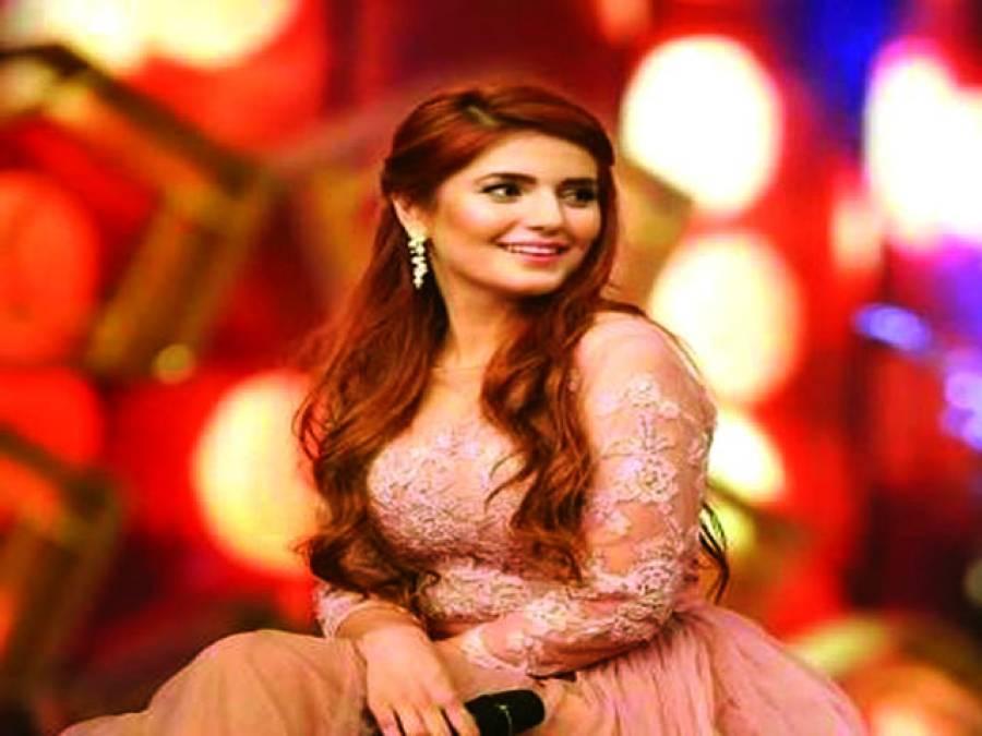 گلوکارہ مومنہ مستحسن تنقید کے بعدایک بار پھر کو کو کورینہ کے ساتھ