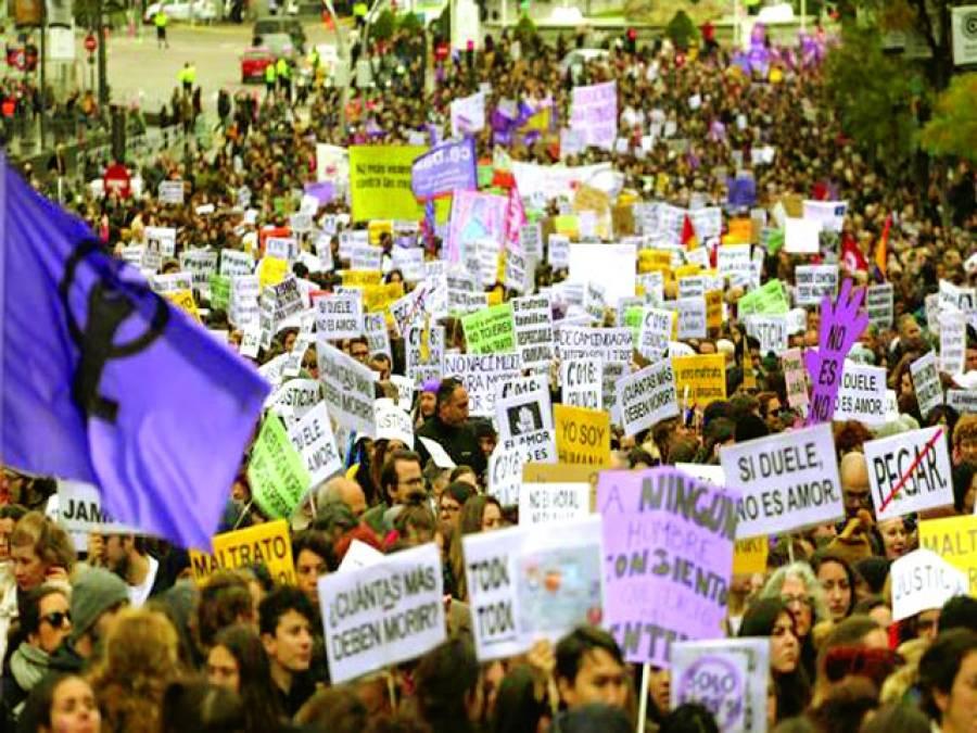 میڈرڈ: سپین میں خواتین پر تشدد کے خلاف ریلی میں شریک لوگوں نے بینر اور کتبے اٹھا رکھے ہیں