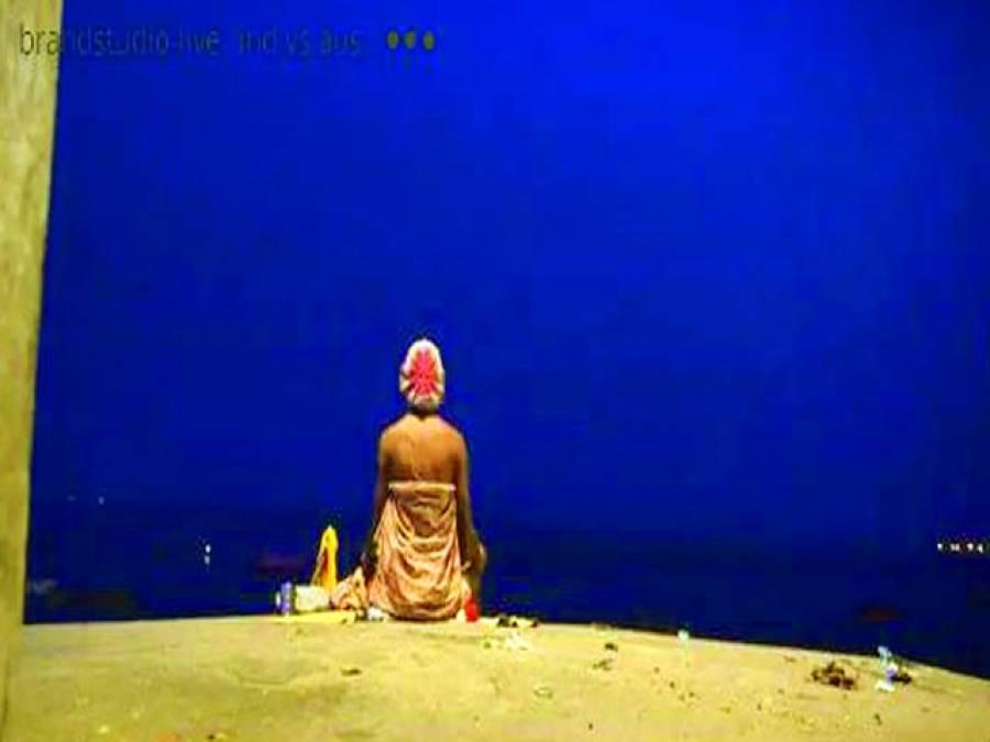 بنارس:ایک ہندو خاتون غروب آفتاب کے وقت بنا رہی ہیں بھارت میں مصروف ہیں