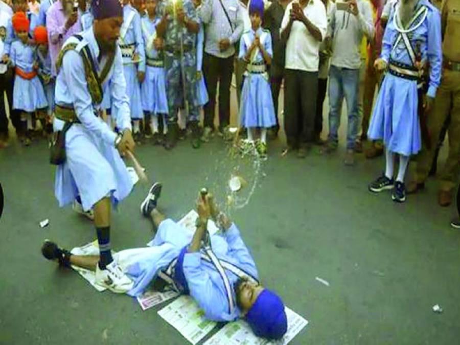 امرتسر:سکھ مذہب کے بانی بابا گورو نانک کے جنم دن کے سلسلے میں ہونے والی تقریبات میں دو سکھ نوجوان تلوار بازی کا مقابلہ کر رہے ہیں