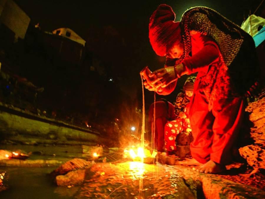 کٹھنڈو:نیپال میں ایک ہندو تیل سے آگ جلا کر عبادت کر رہا ہے