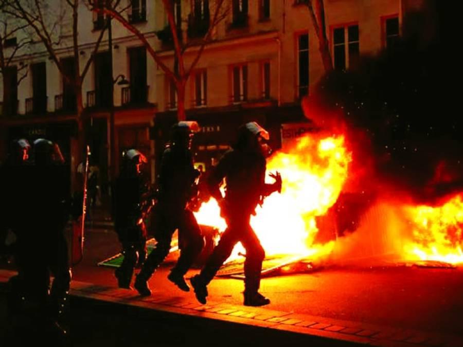 پیرس:فرانس میں احتجاج کے دوران مظاہرین نے موٹر سائیکلوں کو آگ لگا رکھی ہے