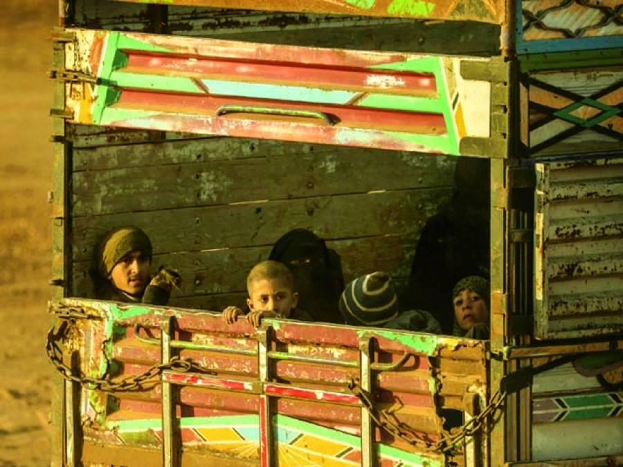 دمشق:شام میں داعش کے زیر قبضہ علاقے سے شہریوں کا انخلاء جاری ہے بچے ٹرک کے اوپر سے دیکھ رہے ہیں