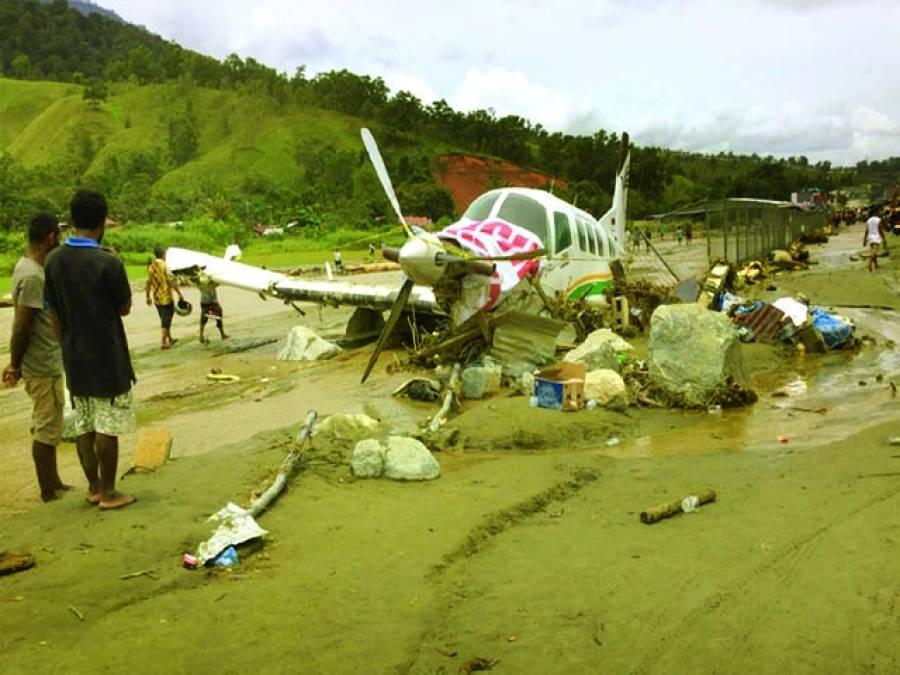 جکارتہ : انڈونیشیا کے صوبے پاپوا میں تباہ ہونے والا ایک جہاز ساحل سمندر پر پڑا ہے