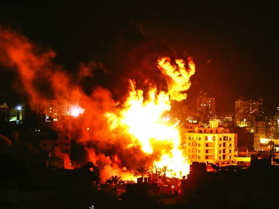 غزہ سٹی پر اسرائیل کی بمباری کے بعدعمارت سے آگ کے شعلے نکل رہے ہیں