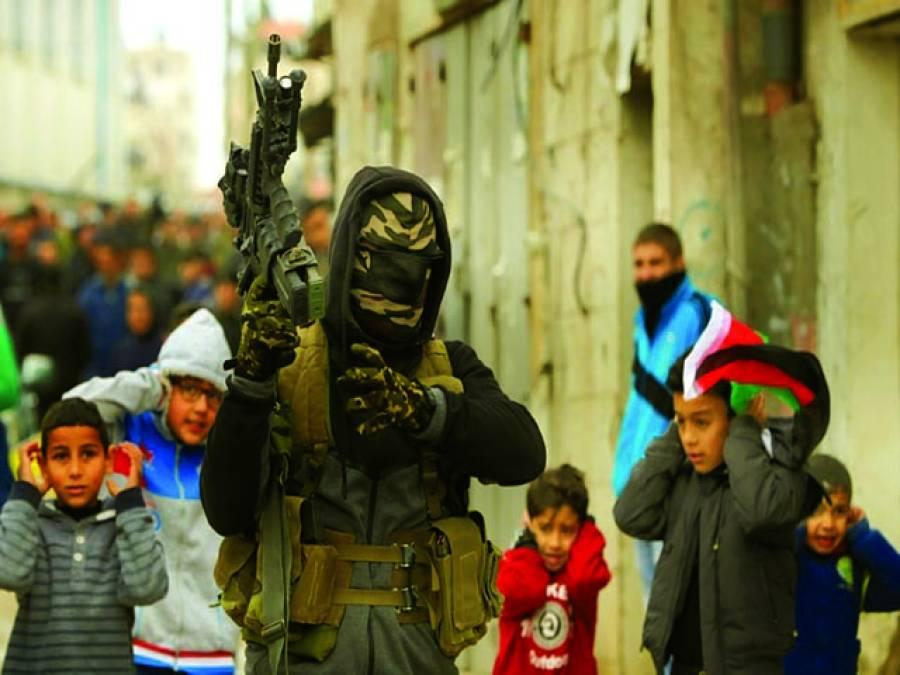 رام اللہ:فلسطینی نوجوان اسرائیلی فوجیوں کے ہاتھوں شہید ہونے والے اپنے ساتھی کے جنازے کے موقع پر مشین گن سے فائرنگ کر کے اسے سلامی دے رہا ہے