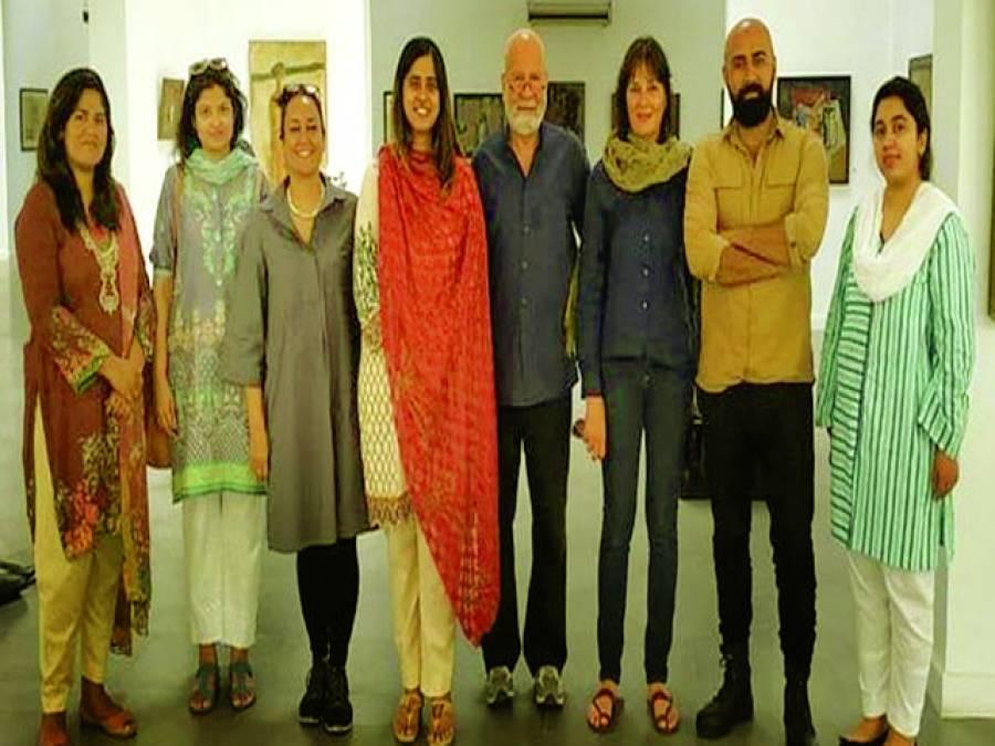 فرانسیسی آرٹسٹ کا ڈائریکٹر لاہور بنالے کے ہمراہ الحمرا آرٹ میوزیم کا دورہ