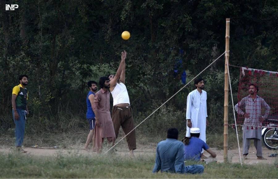 اسلام آباد میں کھیل کے ایک میدان میں شہری والی بال کھیل رہے ہیں (شنہوا)