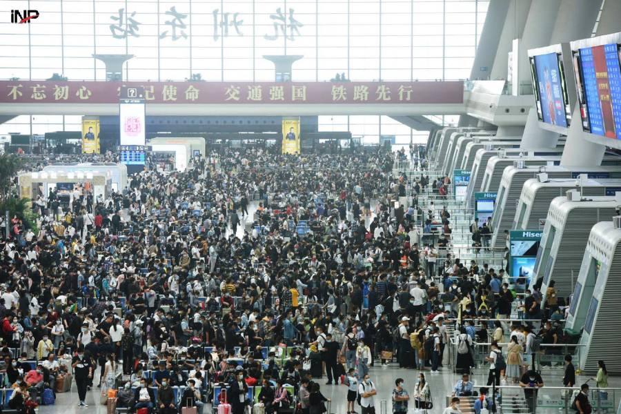چین: تعطیلات، مسافروں کی واپسی پر رش، قومی دن اور وسط خزاں تہوار کی تعطیلات ختم ہونے پر چین کے مشرقی صوبے ژیجیانگ کے ہانگژو ریلوے سٹیشن پر مسافروں کے رش کا منظر (شنہوا)