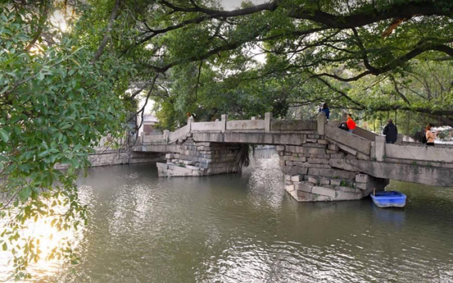 چین کے جنوب مشرقی صوبہ فوجیان کے فوژو میں لوگ وان شو پل پر چہل قدمی کررہے ہیں (شنہوا)