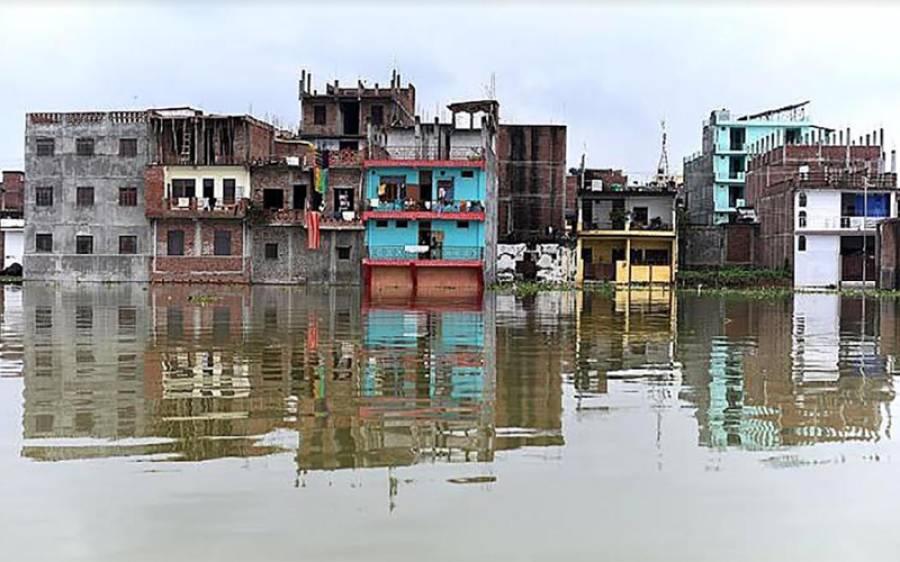 بھارت کی شمالی ریاست اتر پردیش کے ضلع پریاگ راج میں مون سون کی بارشوں کے باعث دریائے گنگا میں طغیانی کے بعد مکانات سیلاب میں نظر آرہے ہیں