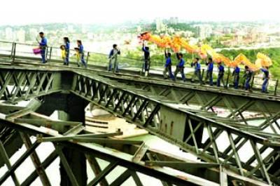 سڈنی: آسٹریلیا میں مقیم چینی باشندے ڈریگن بنائے پل پر سے گزر رہے ہیں