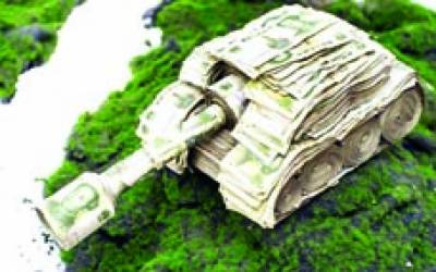 بیجنگ:جدید اسلحہ کی نمائش میں ایک ٹینک پر نوٹ چسپاں کر کے اسے سجایا گیا ہے