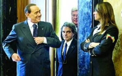 روم: سابق اٹالین وزیر اعظم سیلیو برلسکونی ڈیموکریٹک پارٹی کے اجلاس کے بعد خاتون سکیورٹی گارڈ کے ساتھ گفتگو کر رہے ہیں