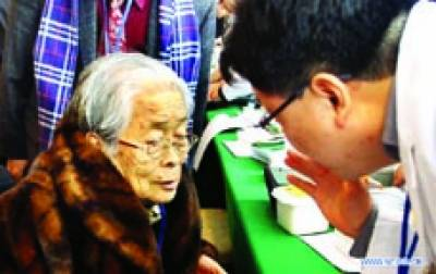 سیول: طبی کیمپ میں ڈاکٹر ایک بوڑھی مریضہ کو چیک کر رہا ہے