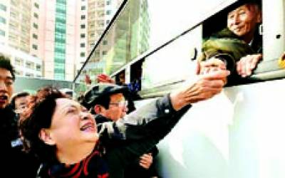سیول: شمالی کوریا میں اپنے عزیز کی وطن واپسی پر جنوبی کوریا کی خاتون ملاقات کے بعد رو رہی ہے