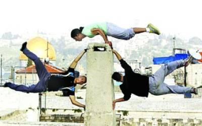غزہ: فلسطینی نوجوان کرتب دیکھا رہے ہیں