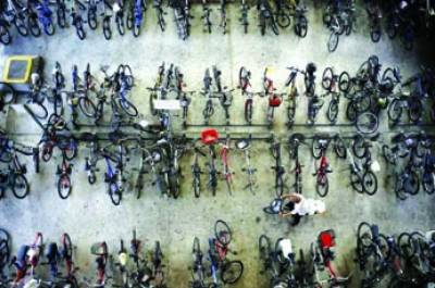 سنگاپور: ایک شخص ریلوے سٹیشن پر سائیل سٹینڈ میں اپنی سائیکل پر جار ہاہے