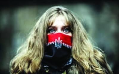 کیو: حکومت کے خلاف احتجاج میں ایک خاتون شریک ہے