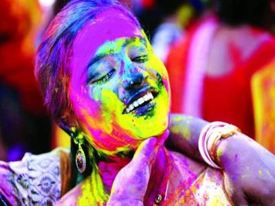 نئی دہلی:ہولی کے تہوار میں خواتین اپنی ساتھی خاتون کے چہرے پر رنگ لگارہی ہیں