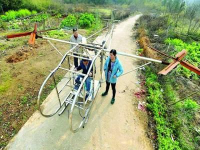 ملاﺅ: کسان اپنا تیار کردہ ہیلی کاپٹر چلانے کیلئے بیٹھا ہو اہے
