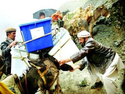 افغانستان، الیکشن کمیشن کے اہلکار گدھوں پر بیلٹ باکس لے جا رہے ہیں