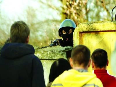 کیف: یوکرینی سکیورٹی اہلکار ائر بیس پر ڈیوٹی دے رہا ہے