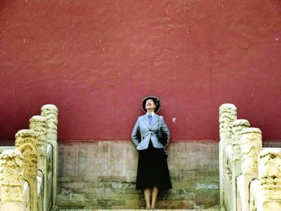بیجنگ:ڈنمارک کی ملکہ مارگریٹ IIچین کے دورہ کے موقع پر ایک مندر میں اپنی تصویر بنو ا رہی ہین