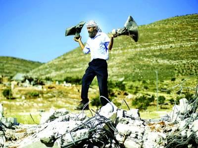 غزہ: فلسطینی اسرائیلی فوجیوں کی جانب سے شہید ہونیوالی مسجد کے سپیکر لے کر جا رہا ہے