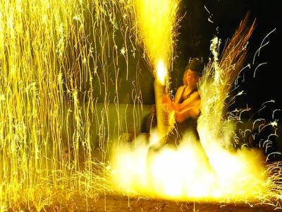 ٹوکیو: ایک ماہر آتش بازی میں اپنے فن کا مظاہرہ کر رہا ہے