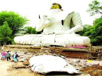 بینکاک: مقامی گاﺅں میں بدھا کے تباہ شدہ مجسمے کو دیکھ رہے ہیں