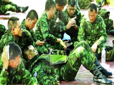 بنکاک: تھائی فوجی گشت کے بعد آرام کررہے ہیں