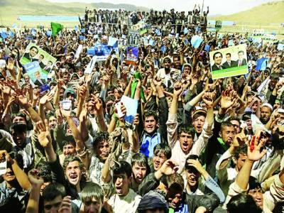 غزنی: افغانی صدارتی امیدوار عبد اللہ عبد اللہ کے حامی پوسٹر لئے نعرے بازی کر رہے ہیں