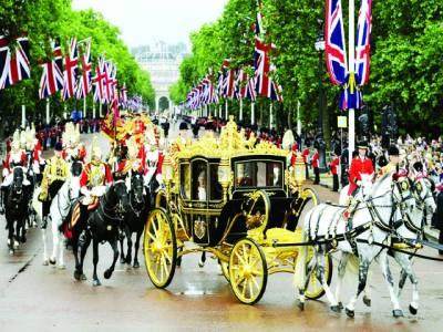 لندن: برطانوی ملکہ الزبتھ ایک تقریب میں شرکت کے بعد بگھی میں بیٹھی محل واپس جا رہی ہیں