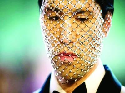 نیو یارک: ماڈل فیشن شو میںہیروں کا ماسک پہنے شریک ہے