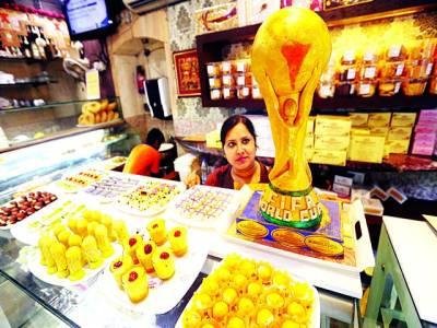 نئی دہلی:بھارتی خاتون میٹھائی کی دکان پر فیفا کے ورلڈ کپ کی بنائی گئی میٹھائی فروخت کرنے کیلئے بیٹھی ہے