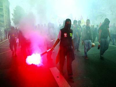 پیرس: ریلوے ملازمین حکومت کے خلاف مظاہرے میں شریک ہیں
