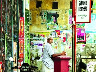 کولمبو: ایک مسلمان سری لنکن بدھوں کی جانب سے مسلمانوں پرحملوں کے باعث احتجاج کے طور پر دکان بند کئے ہوئے ہے