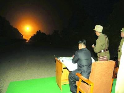 پیانگ یانگ: شمالی کورین رہنما کم جانگ آن جنگی مشق دیکھ رہے ہیں