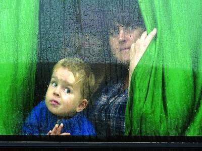 کیف: روسی حامی خاتون اپنے بچے کے ہمراہ بس میں بیٹھی روس جا رہی ہے