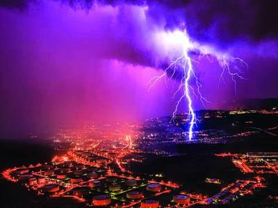 روم: بلند عمارتوں کے اوپرآسمانی بجلی گرج رہی ہے