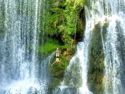کیلی فورنیا: ایک کرتب باز بلندترین آبشار میں چھلانگ رہاہے