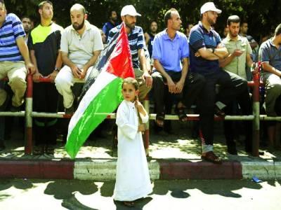 غزہ: حماس کے زیر اہتمام اسرائیل کے خلاف نکالی گئی ریلی میں ایک بچہ جھنڈا پکڑے شریک ہے