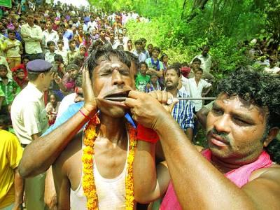 چندی گڑھ: ہندو عقیدت مند سالانہ تقریب ' شٹلا میلا 'میں کرتب دیکھا رہا ہے