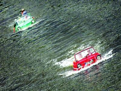 سڈنی:لوگ کار نما کشتی میں سمندر کی سیر کر رہے ہیں