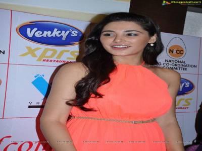 اداکارہ نرگس فخری کا ورن دھون سے معاشقے سے انکار