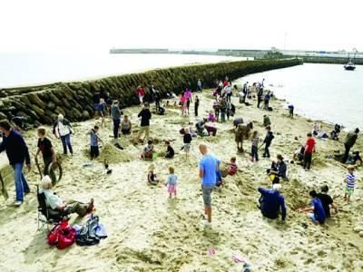 ساحل پر سونے کے 30 ٹکڑے ریت میں چھپا دئیے گئے،عوام ڈھونڈنے نکل پڑے